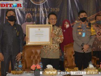 Bupati Indra Catri dengan piagam penghargaan KPAI.