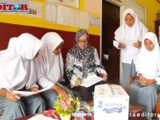 Calon siswa baru saat oreantasi meminta tanda tangan kepada Kepsek SMKN 2 Solsel Ida Nofatni di ruangan tamu sekolah.
