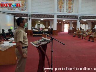 Gubernur Irwan Prayitno saat membuak seminar.
