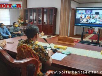 Gubernur Irwan Prayitno saat mengikuti peluncuran secara virtual.