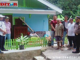 Kakek Nuzuwar (pakai celana pendek) foto di depan rumah barunya bersama Kapolsek Batipuh Selatan, Iptu John Hendri, aparat nagari, pemuda dan Bripka Ready Kurniawan.
