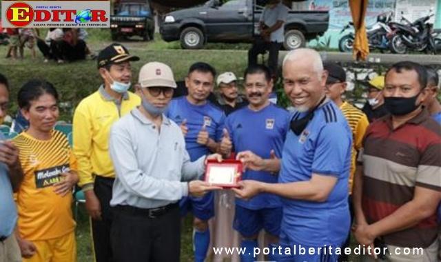 Kapten kesebelasan Pemko Padang Mahyeldi Asharullah menyerahkan cendara mata.