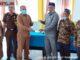 Kepala Dinas Kesehatan Solsel Novirman menerima sertifikat lahan rumah sakit pratama negeri Solsel dari Wali Nagari Lubuk Malako Riono Pendri disaksikan Kejari Solsel.