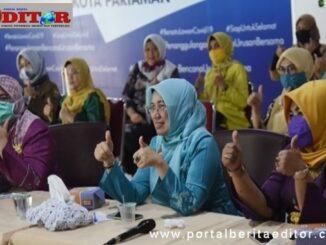 Ketua TP PKK Ny. Lucyanel Genius saat mengikuti webinar.