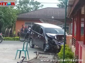 Mobil Xenia yang menabrak tiang listrik dan rumah warga.