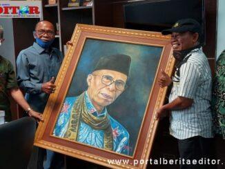 Muharyadi didampingi Zardi Syahrir dan Ucok saat menyerahkan lukisa potret H. M. Nurnas.