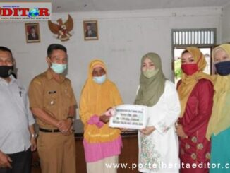 Ny. Emi Irdinasyah Tarmizi menyerahkan secara simbolis BLT kepada masyarakat Nagari Taluak.