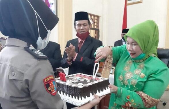 Pemotongan Kue HUT ke 18 oleh Ketua DPRD Kota Pariaman Fitri Nora bersama Wali kota Pariaman Genius Umar.