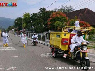 Penyemprotan disinfektan sepanjang jalan, salah satu upaya pencegahan covid-19 di Kota Padang Panjang.