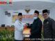 Penyerahan catatan strategis dari Wakil Ketua DPRD Saidani didampingi Anton Yondra kepada Wabup Zuldafri Darma.