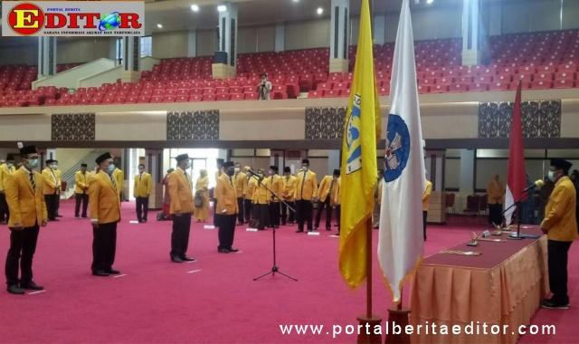 Prof Ganefri saat melantik 4 Wakil Rektor UNP.