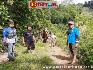 Satreskrim bersama Poksek Sangir Batang Hari meroling ekcavator dari lokasi tambang emas di Sangir Batang Hari.
