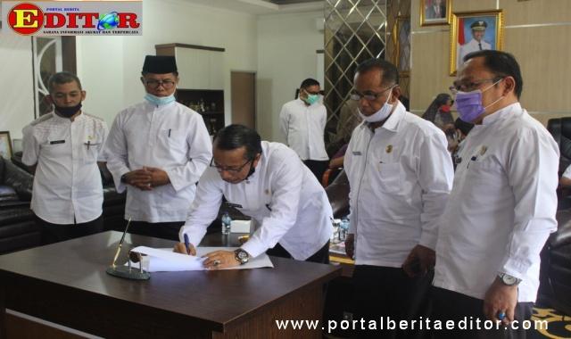 Sekdakab Solok Aswirman menandatangani berita acara serah terima.