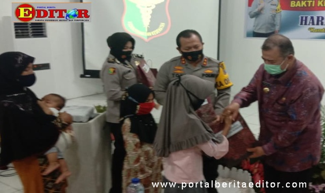 Wagub Nasrul Abit memberi bantuan pada salah seorang pasien operasi bibir sumbing.