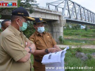 Wagub Nasrul Abit saat menerima penjelasan tentang pembangunan jembatan Kuranji.