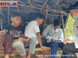 Wagub Nasrul Abit saat menyaksikan siswa mengunduh pelajaran melalui android.