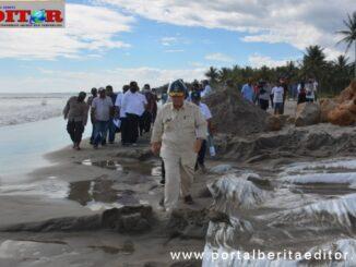 Wagub Nasrul abit saat meninjau pantai Muara Air Haji.