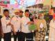 Wakil Bupati H.Zuldafri Darma,SH menyerahkan BST Propinsi secara simbolos kepada masyarakat Situmbuak.