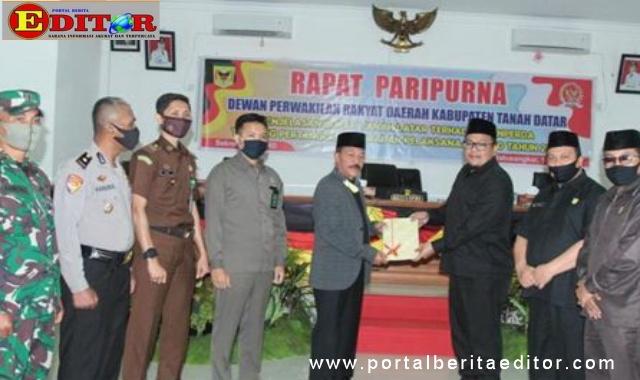 Wakil Bupati Zuldafri Darma menyerahkan Ranperda Pertangunjawaban APBD 2019 kepada Ketua DPRD Rony Mulyadi,SE.Dt Bungsu.