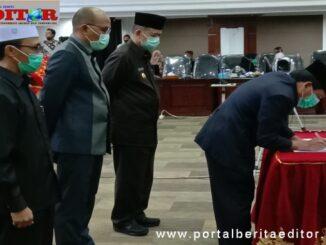 Wakil Ketua DPRD Sumbar Suwirpen saat menandatangani nota kesepakatan