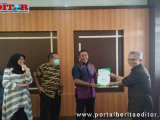 Wako Bukittinggi menyerahkan SK Purna Bakhti kepada 17 ASN yang pensiun.