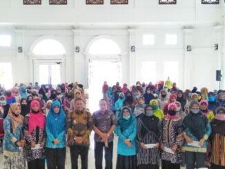 Wako Ramlan Nurmatias bersama kader KB yang menerima dana operasional.