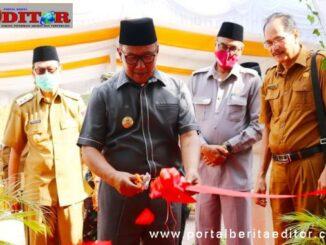 Wako Ramlan Nurmatias tengah memotong pita tannda diresmikannya tiga gedung baru.