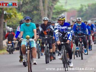 Wako Reza Falepi bersama staf dan komunitas sepeda ontel menjelajahi destinasi Harau.