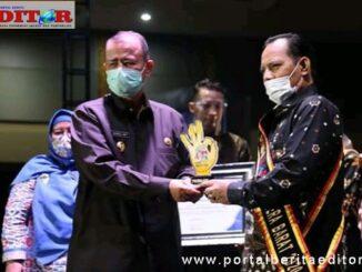 Wawako Reinier saat menerima penghargaan.