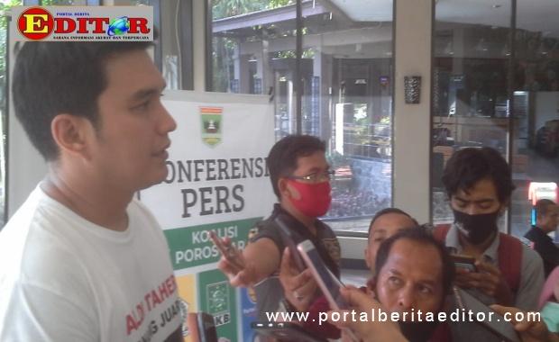 Aldi Taher saat diwawancarai wartawan.