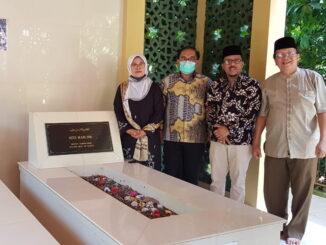Betti Shadiq dan Edityawarman di makam Siti Hadjir.