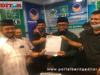 Fauzi Bahar saat menyerahkan berkas pendaftaran ke Poros Baru.