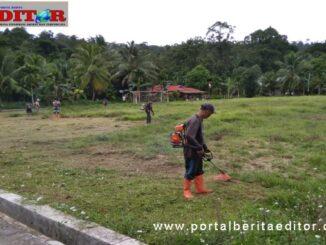 Goro membersihkan lapangan bola Desa Goisooinan.