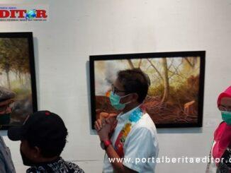 Gubernur Irwan Prayitno saat melitat beberapa lukisan yang dipamerkan.