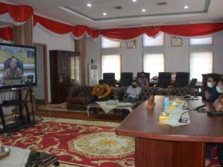 Gubernur Irwan Prayitno saat mengikuti rapat virtual melalui vidcom.