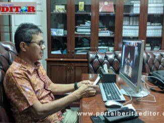 Gubernur saat berbicara pada webinar masalah pendidikan.