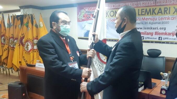 Leonardy Harmainy saat menerima bendera Lemkari.