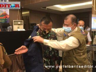 Pemasangan atribut peserta simulaso leh Wagub Nasrul Abit.