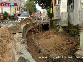Pembangunan trotoar yang kembali dikerjakan.