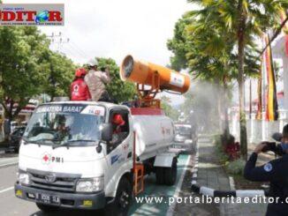 Penyemprotan desinfektan di kota Bukittinggi.