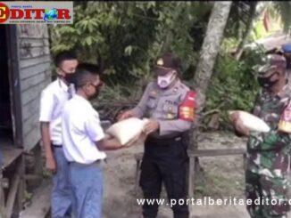 Penyyerahan bantuan beras kepala anak seklolah yang tinggal di pondok-pondok.