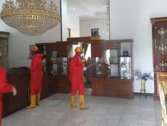 Petugas BPBD Payakumbuh melakukan penyemprotan desimpektan di gedung DPRD dan rumah Dinas ketua DPRD Payakunhuh.