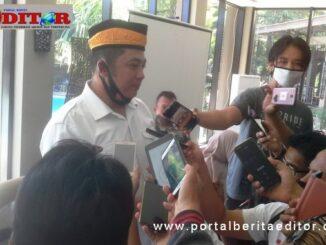 Suherman TRD saat diwawancarai wartawan.