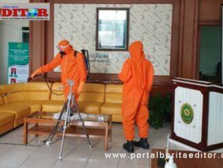Tim Gusus Penaganan Covid-19 Bukitinggi saat menyeprotkan desinfektan.