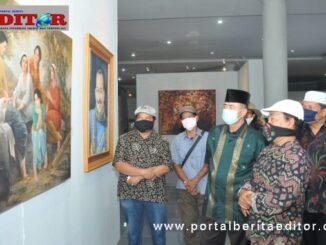 Wagub Nasrul Abit saat melihat lukisa yang dipamerkan.
