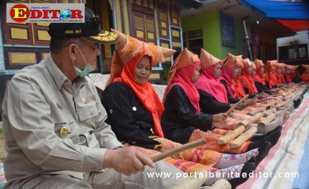 Wagub Nasul Abit memainkan alat musik tradisi bersama Bundo Kanduang.