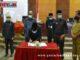 Wakil Ketua DPRD Sumbar Suwirpen saat manandatangani nota kesepakatan penetapan ranperda PLP2B