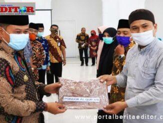 Wako Bukittinggi menyerahkan pakaian seragam kepada guru pondok pesantren.