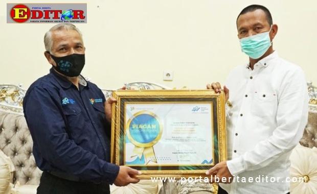Wako Genius Umar menerima penghargaan.