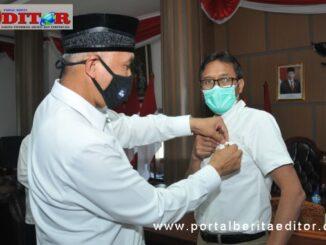 Wako Mahyeldi menyematkan pin emas kepada Gubernur Irwan Prayitno.